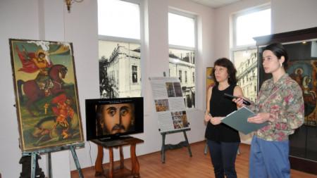 Реставраторът Десислава Томова при гостуването си в Нощта на музеите в РИМ - Бургас