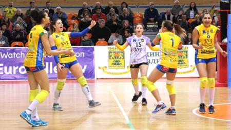 Волейболистките на Марица се радват на успеха.