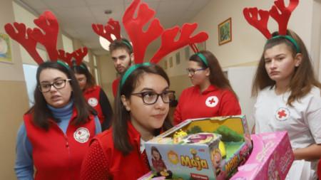 Младежи доброволци от БЧК раздадоха подаръци на малките пациенти в УМБАЛСМ Пирогов. 18 декември, 2019
