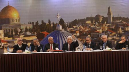 Палестинските лидери отхвърлиха плана на Тръмп за Близкия изток. На снимката: президентът на Палестина Махмуд Абас (в средата) държи реч в Рамала, 28 януари 2020 г.