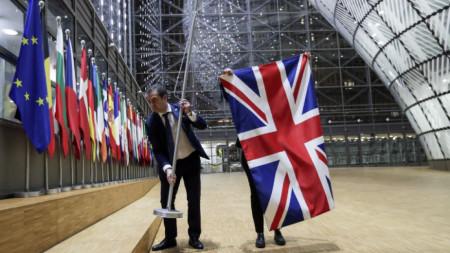 Служители махат знамето на Великобритания от сградата на Европейския съвет в Брюксел при излизането ѝ от ЕС.