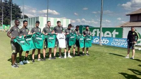 Енгибар Енгибаров (вдясно) представя новите си играчи.