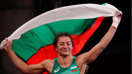Евелина Николова с българския флаг.