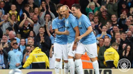 Мартин Петров получава поздравления за гола си.