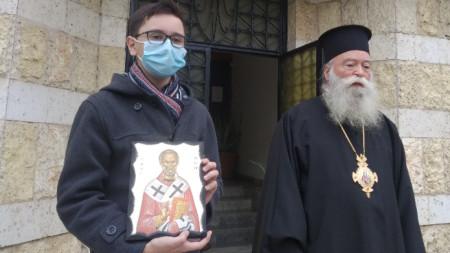 Николай Борисов с иконата на Свети Николай Чудотворец, връчена му от митрополит Гавриил