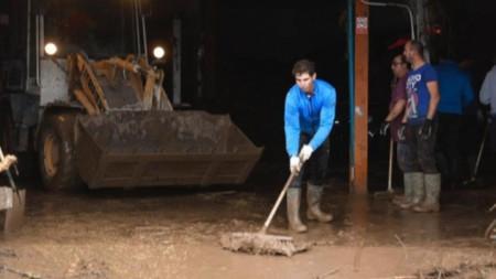 Надал се включи в разчистването след потопа.
