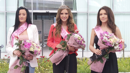 Мария Петрова (в центре) - Царица Роза-2020.