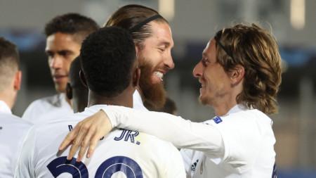 Лука Модрич (вдясно) поздравява автора на втория гол за Реал Серхио Рамос.