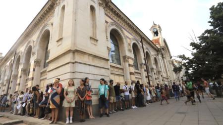 """Борис Бонев, активисти на """"Спаси София"""" и граждани организираха протест с жива вериха около Централните хали в столицата."""