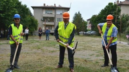 Кметът на Павликени Емануил Манолов даде старт на строежа на комбинирано спортно игрище за близо 120 000 лева.