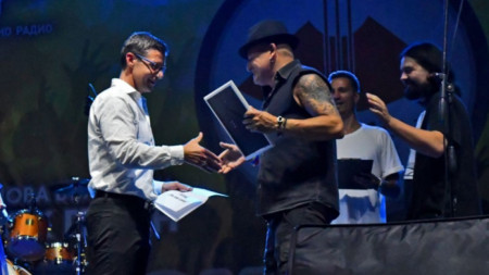 Генералният директор на БНР Андон Балтаков връчи на групата AIRBAG Голямата награда на Конкурса
