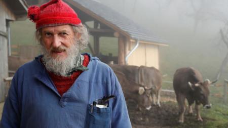 """Швейцарецът Армин Капаул, който събра над нужните 100 хиляди подписа за референдума на 25 ноември """"за"""" или """"против"""" рогата на крави, във фермата си."""