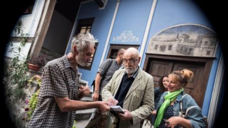 Димитър Добрев в къща Хиндлиян след даряването на колекцията