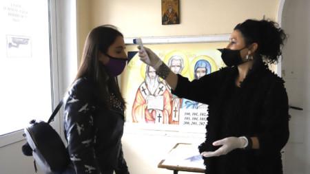 На церемониите ще се мери температурата и ще се изискват маски, както на матурите.
