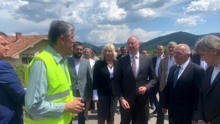 Росен Желязков заедно с вицепремиера и министър на строителството, транспорта и инфраструктурата Зорана Михайлович провериха строителните дейности по изграждащата се магистрала в Сърбия, по направлението от Ниш до границата с България.