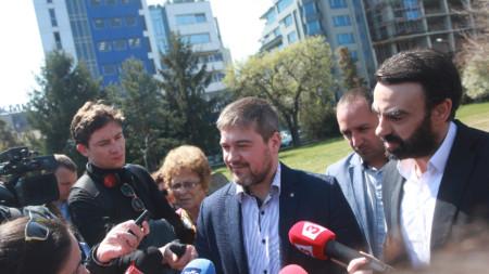 """Представители на Инициативен комитет """"Лозенец"""" дадоха пресконференция в градинката пред небостъргача """"Златен век"""" в столичния квартал."""