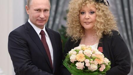 Владимир Путин и Алла Пугачова на церемония в Кремъл през 2014 г, когато певицата получи орден за заслуги към отечеството.