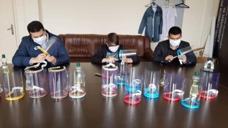 Преподаватели от Духовното училище в Момчилград  изработват предпазни маски-шлемове.