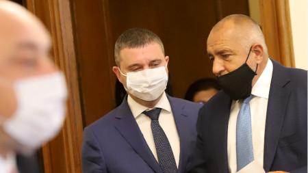 Министърът на финансите Владислав Горанов и премиерът Бойко Борисов при влизане за днешното заседание на кабинета.