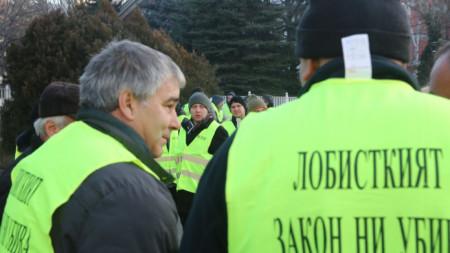 Дребни търговци на горива се събраха пред парламента, за да са сигурни, че постигнатото съгласие по текстовете от закона няма да бъде опорочено.