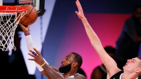 Леброн Джеймс поднася топката в коша на Денвър.