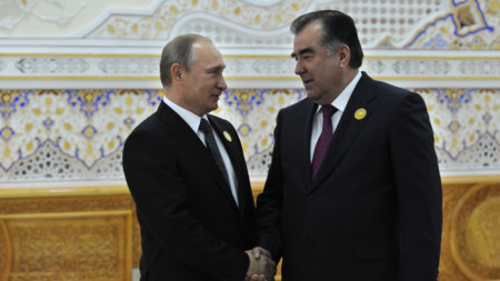 Президентът на Таджикистан Емомали Рахмон (вдясно) с руския президент Владимир Путин