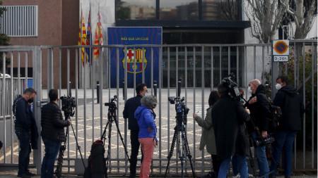 Медиите чакат новини пред офисите на Барселона.