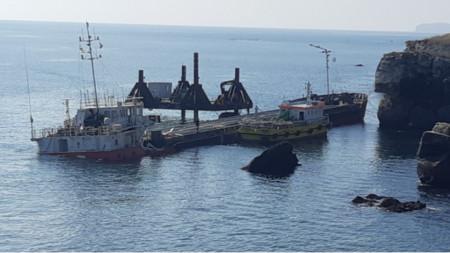 """Разтоварването на кораба """"Вера Су"""" край Камен бряг"""