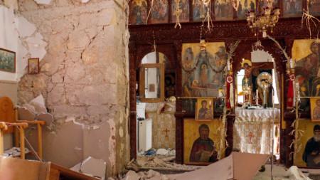 Полуразрушена от труса църква в с. Русохория, източен Крит, 27 септември 2021 г.