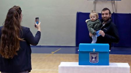 2 март 2020 г. Гласоподаватели си правят селфи в избирателна секция в Израел