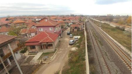 Стена огражда ромския квартал във Видин от влаковата линия