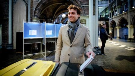 Десният холандски популист Тиери Боде (36 г.), който се опита да използва нападението в Утрехт за лични цели, гласува в Амстердам на регионалните избори.
