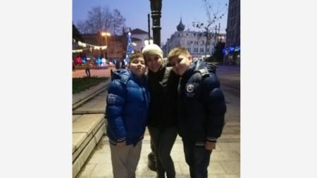 Любомир и Васил заедно с майка си Ваня Русинова