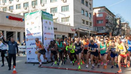 Близо 700 бегачи  от 17 страни се включиха в маратона в Стара Загора.