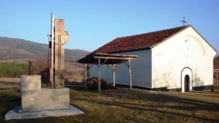 """Стрехите на храма """"Свети Йоан Предтеча"""" капят в сръбско, храмът и дворът обаче са в България."""
