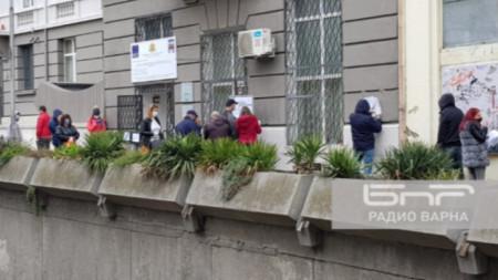Опашка пред Бюрото по труда във Варна