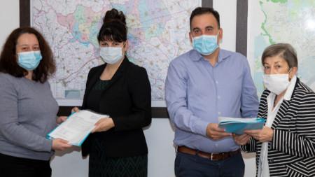 """Две подписки с искания на граждани от кв. """"Лозенец"""" в Стара Загора бяха връчени днес на ръководството на общината."""