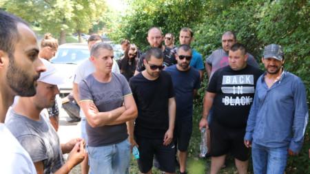 Приятели на загиналия моторист Игнат Славков на протест в Костинброд на 2 юли