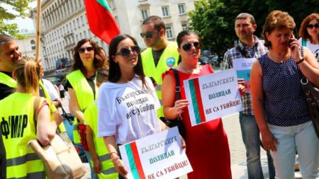 Мирният протест в София в подкрепа на петимата осъдени благоевградски полицаи е организиран от инициативен комитет и от синдикати на служители на МВР.