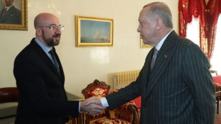 """Шарл Мишел и Реджеп Ердоган в двореца """"Долмабахче"""" в Истанбул."""