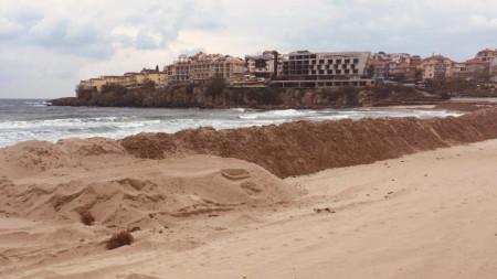 500-метрова дига от пясък, издигната от концесионера на  созополския централен плаж, накара жителите да изпратят петиция в знак на протест и да организират подписка.