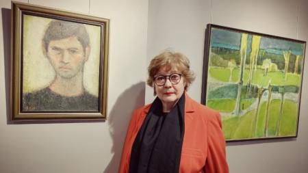 Актрисата Мария Статулова сред картини на Иван Андонов