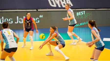Елица Василева посреща топката.