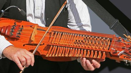 Традиционен метод на свирене на никлехарпата е с лък и клавиши.