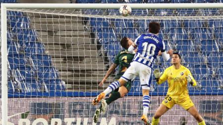 Оярсабал бележи втория гол за Реал Сосиедад.