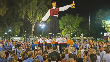 7-метровата статуя на Вракас, традиционния кипърски винопроизводител, е емблема на Фестивала и посреща гостите му всяка година