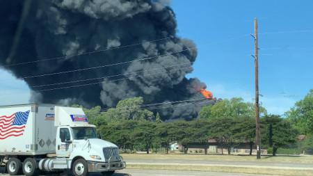 Пожарът е избухнал в завод за лубриканти в Рокстън, щата Илинойс.