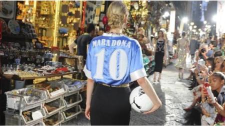 Манекенка дефилира с фланелката на Марадона и футболна топка.