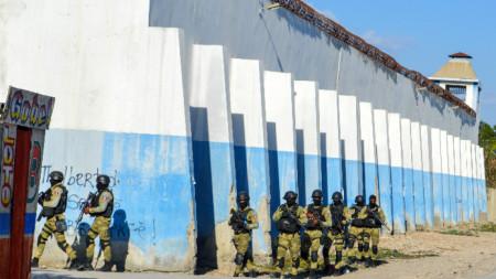 Полицейски патрул край затвора в столицата на Хаити.