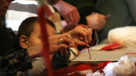 """Работилница за изработка на мартеници беше открита в Етнографския музей. Инициативата е част от Националната кампания """"Мисията е възможна""""."""